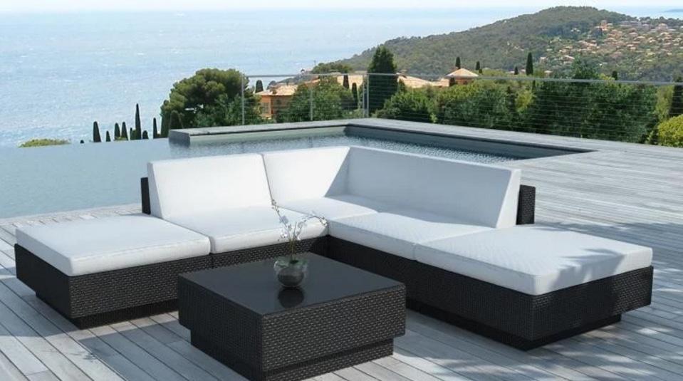 Une photo d'un mobilier de jardin extérieur