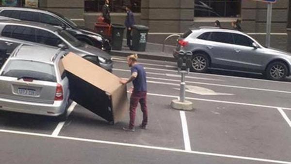 Un Melbournois déménage son canapé et devient une sensation internet