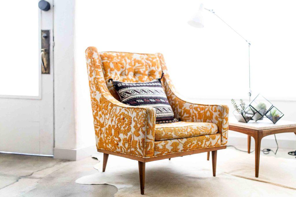 mettre en valeur son canapé design italien avec des fauteuils assortis